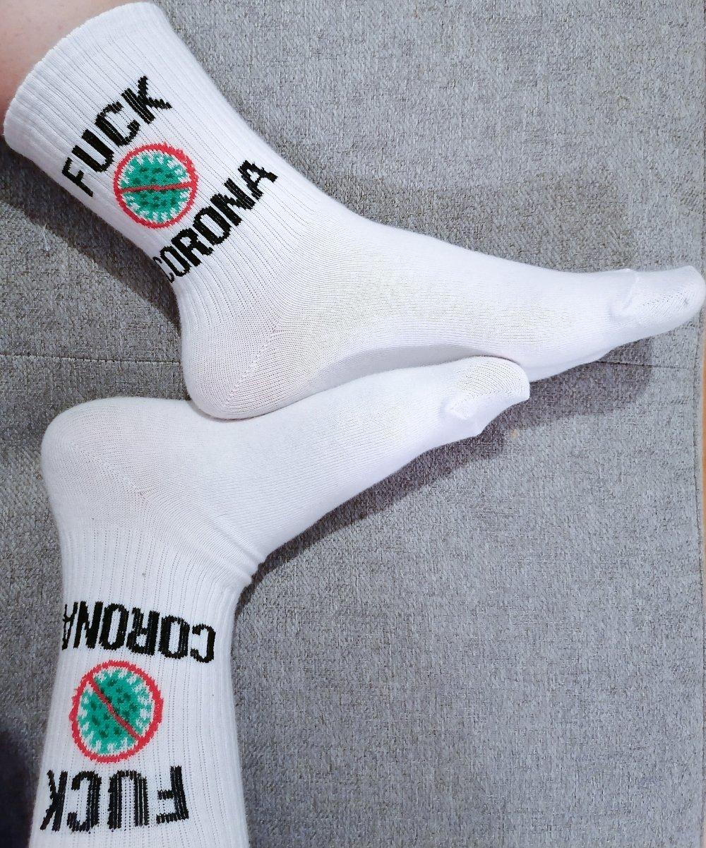 calcetines blancos con letras negras Fuck Corona y estampado verde con rojo sobre covid-19