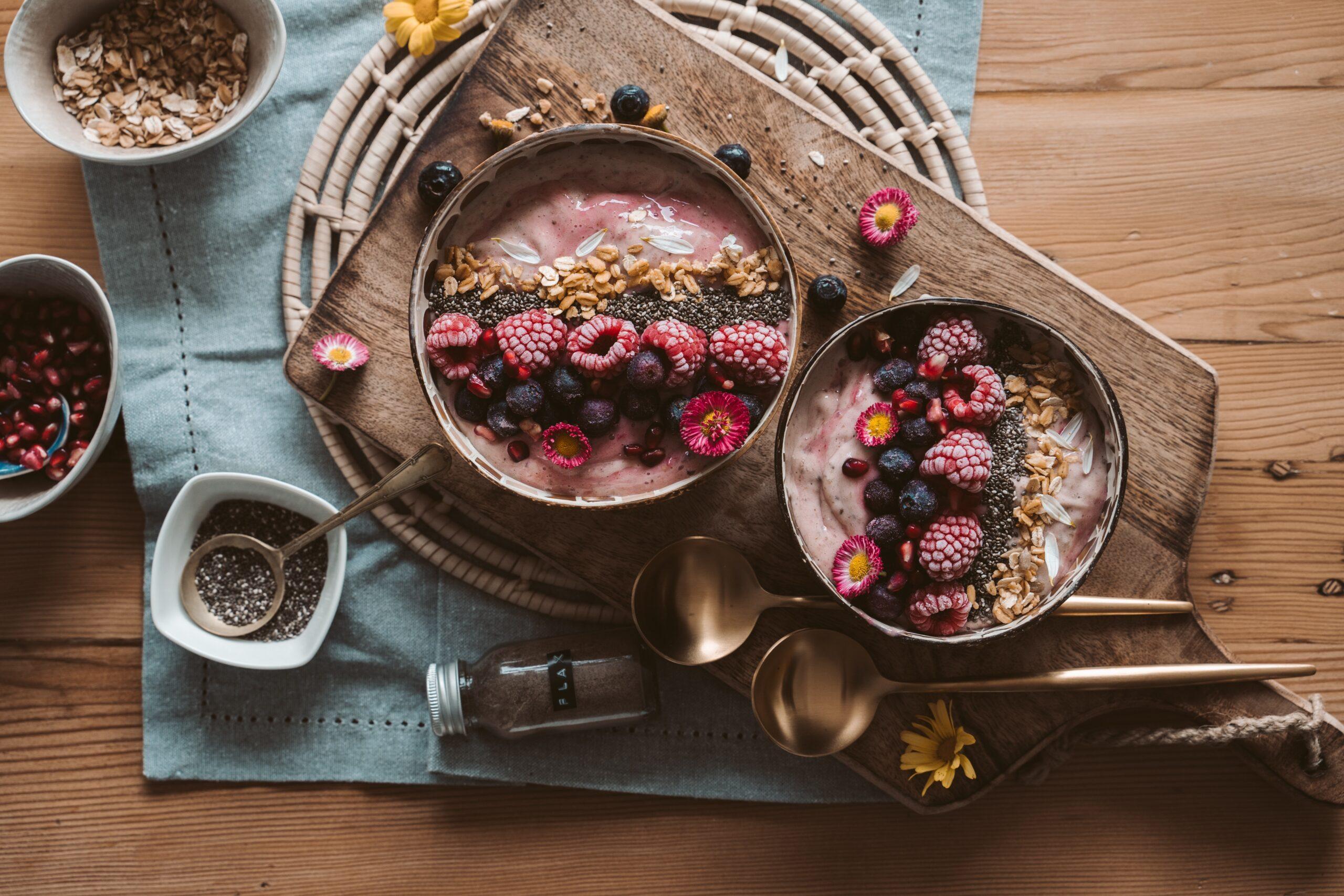 Desayuno, bowl con frutas en mesa de madera; dieta vegana