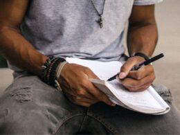 hombre escribe sobre papel