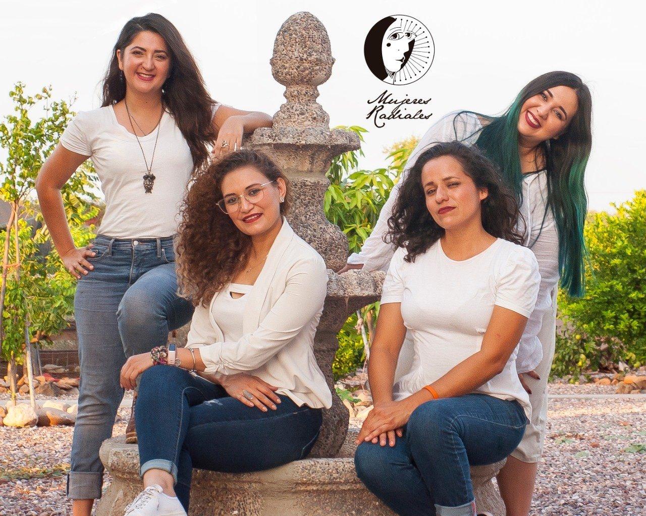 Cuatro mujeres con blusa color blanca en una fuente de agua; mujeres radiales
