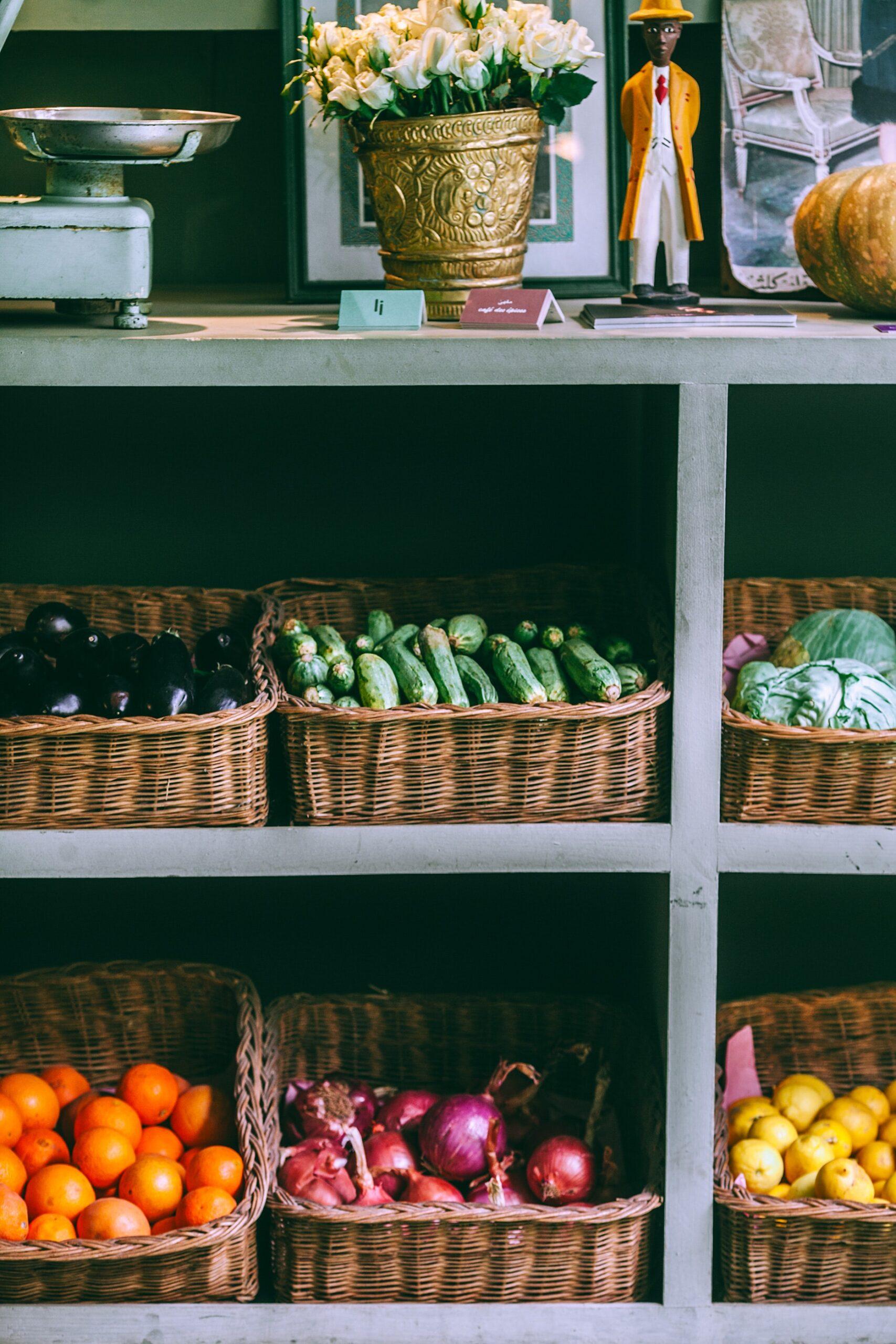 Mercado con verduras variadas contenidas en canastillas sobre estantes