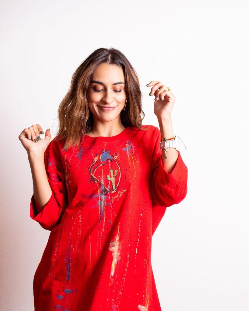Modelo con vestido rojo de Las Cárdenas