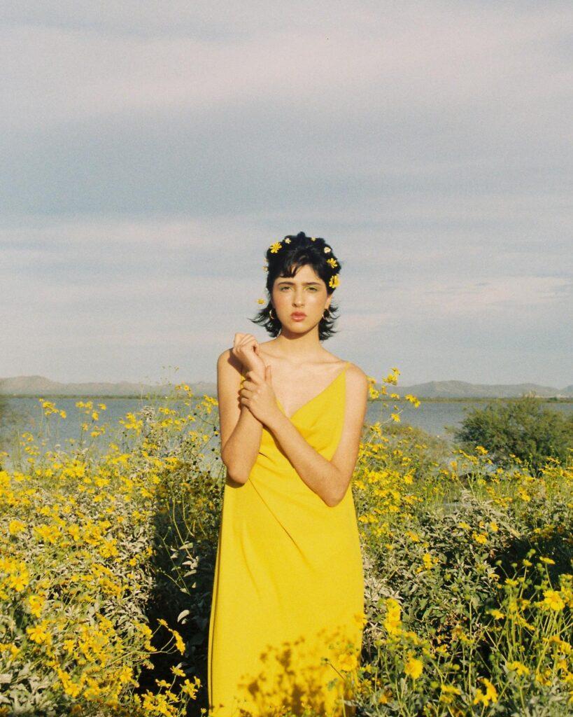 Modelo con vestido amarillo de diseñadora Nina Fierros