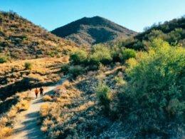 Personas caminan en cerro de HErmosillo, Sonora