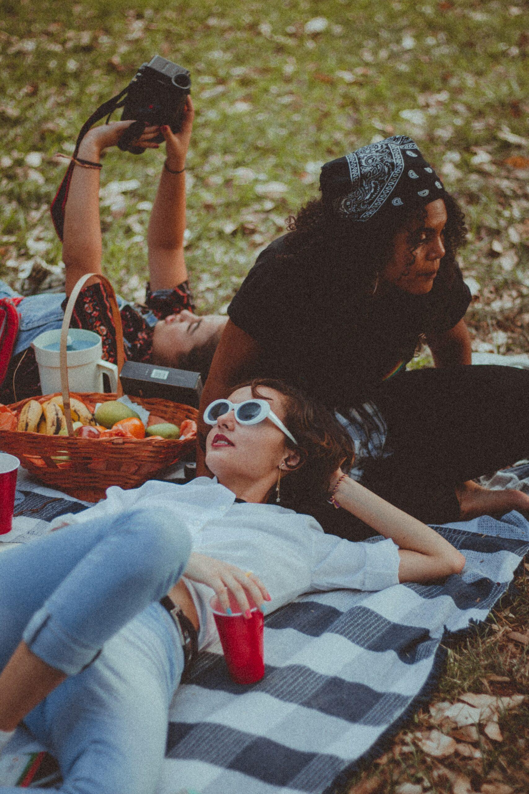 Picnic de 3 amigas con comida, en parque