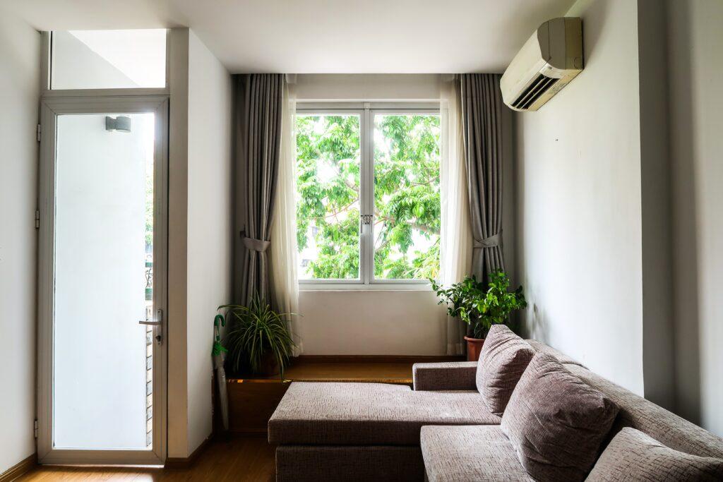 Foto de sala con ventana en medio y aire acondicionado; home office