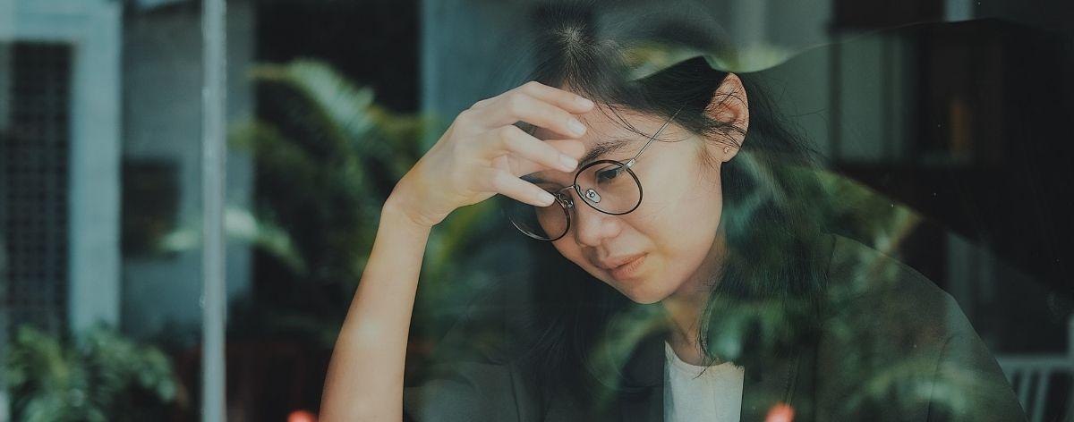 mujer con lentes tocandose la cara; tips para afrontar la depresion