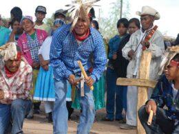 imagen de hombres yaqui de so nora danzando con instrumentos de madera en la mano