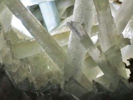 hombre explorador en la cueva de cristales Naica en Chihuahua