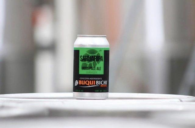 Lata de cerveza color negro con verde.