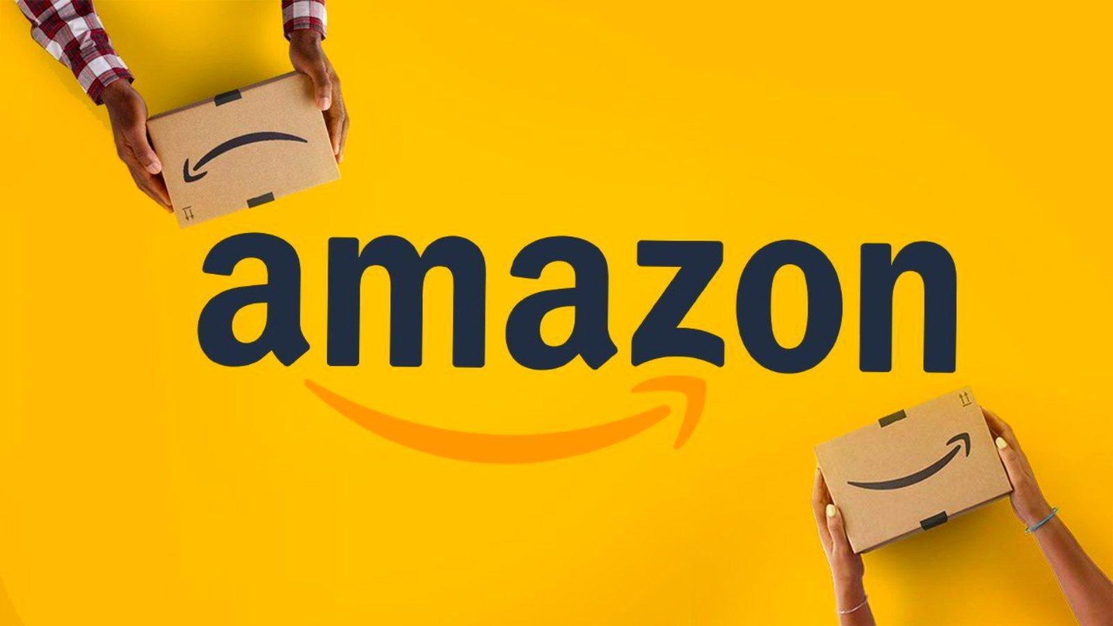 """Letras en grande color negras en medio de la imagen que dice """"Amazon"""", debajo de estas letras una flecha color amarillo fuerte. Arriba y abajo unas manos deteniendo una caja color cartón."""