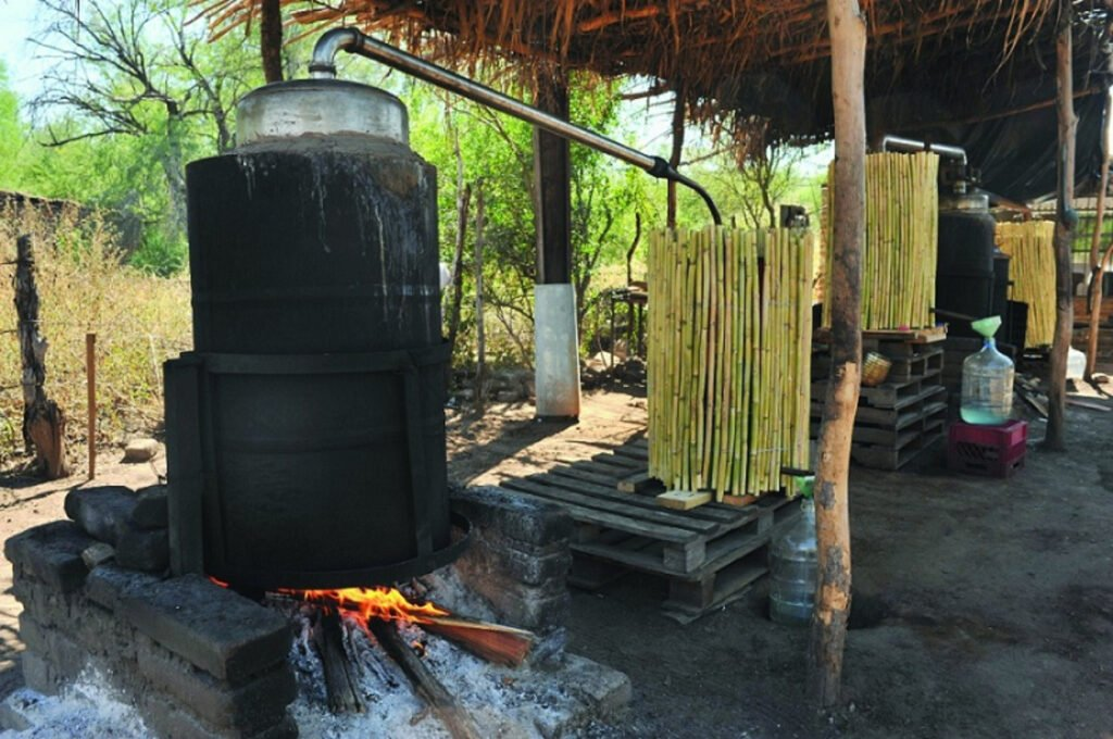 Tambos de destilacion de bacanora color negro de la parte de abajo y arriba color metalico.