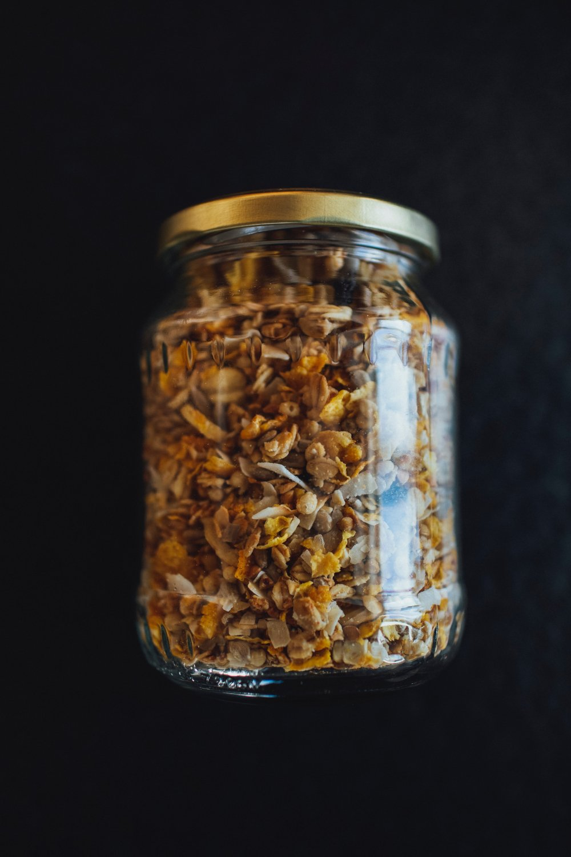 Frasco de vidrio con cereal y frutos secos