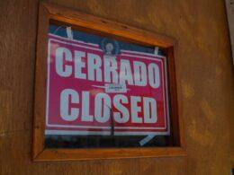 Anuncio de cerrado en puerta de negocio