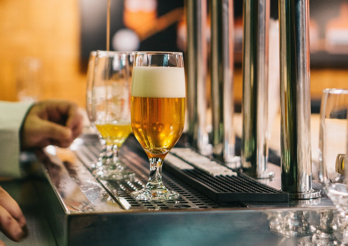 dos copas de cerveza clara