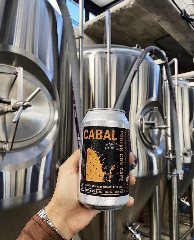Lata de cerveza con etiqueta color negro que dice Cabal con letras color naranja. Cervezas artesanales de Sonora