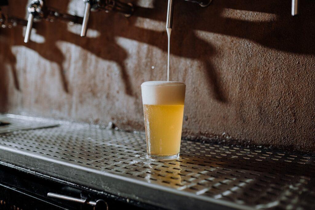 Vaso mediano con cerveza clara
