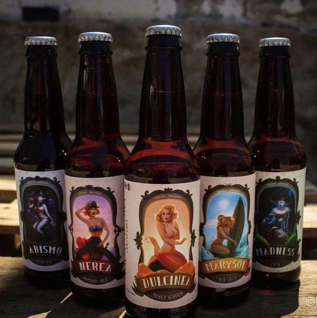 5 botellas color ambar con diferentes etiquetas de mujeres. Cervezas artesanales