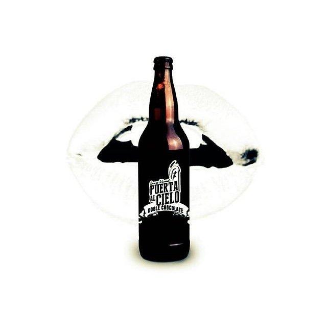 Botella de vidrio color ambar con etiqueta color negra y con letras color blancas.