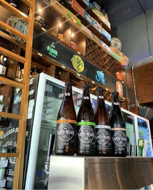 cuadro botellas de vidrio color ambar con etiquetas color negra.