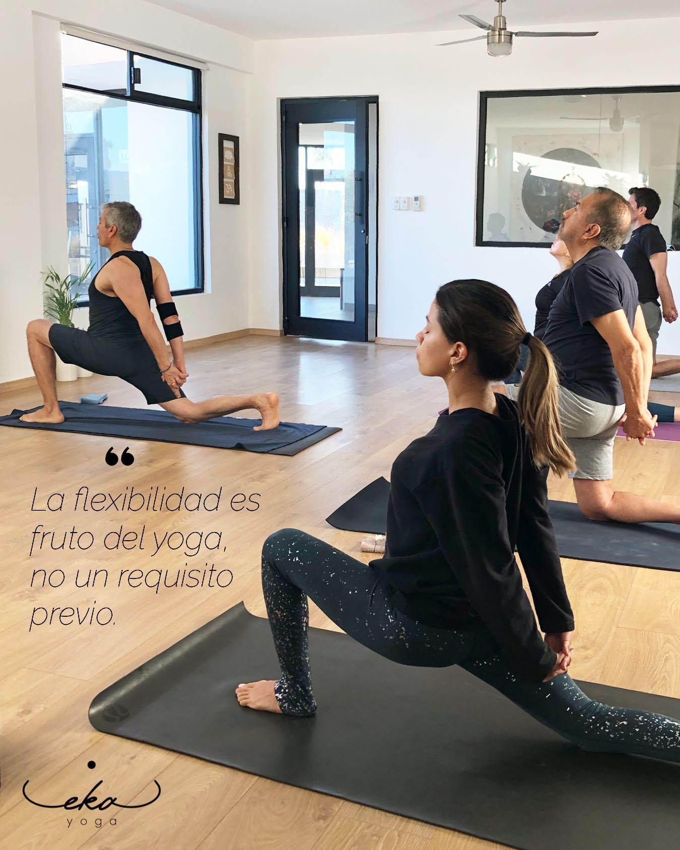 Practicantes de yoga en academia eka yoga