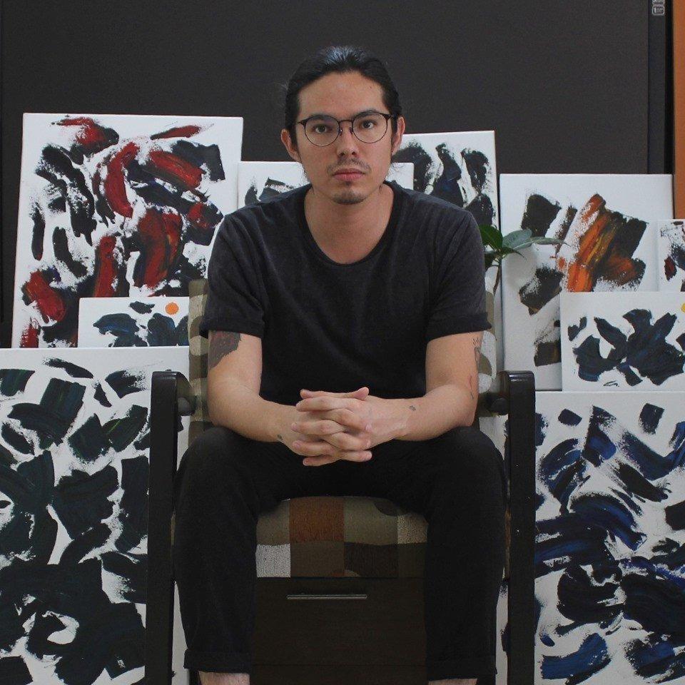 Artista Emmanuel Corona con parte de su arte