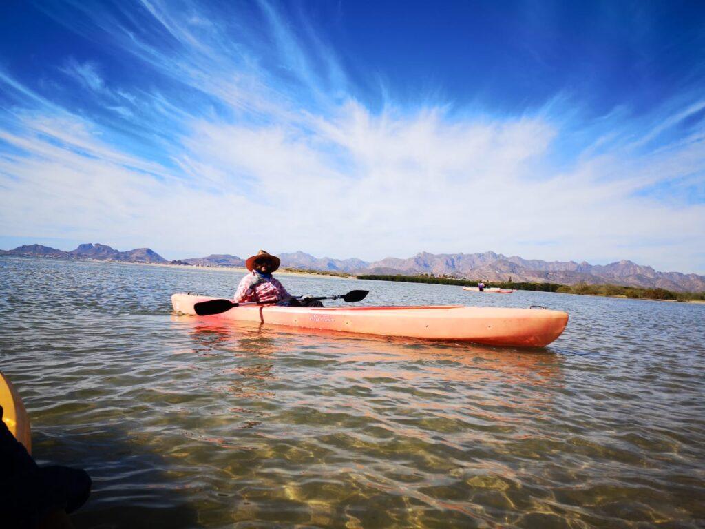 """Hombre en kayak en """"Estero El Soldado"""""""