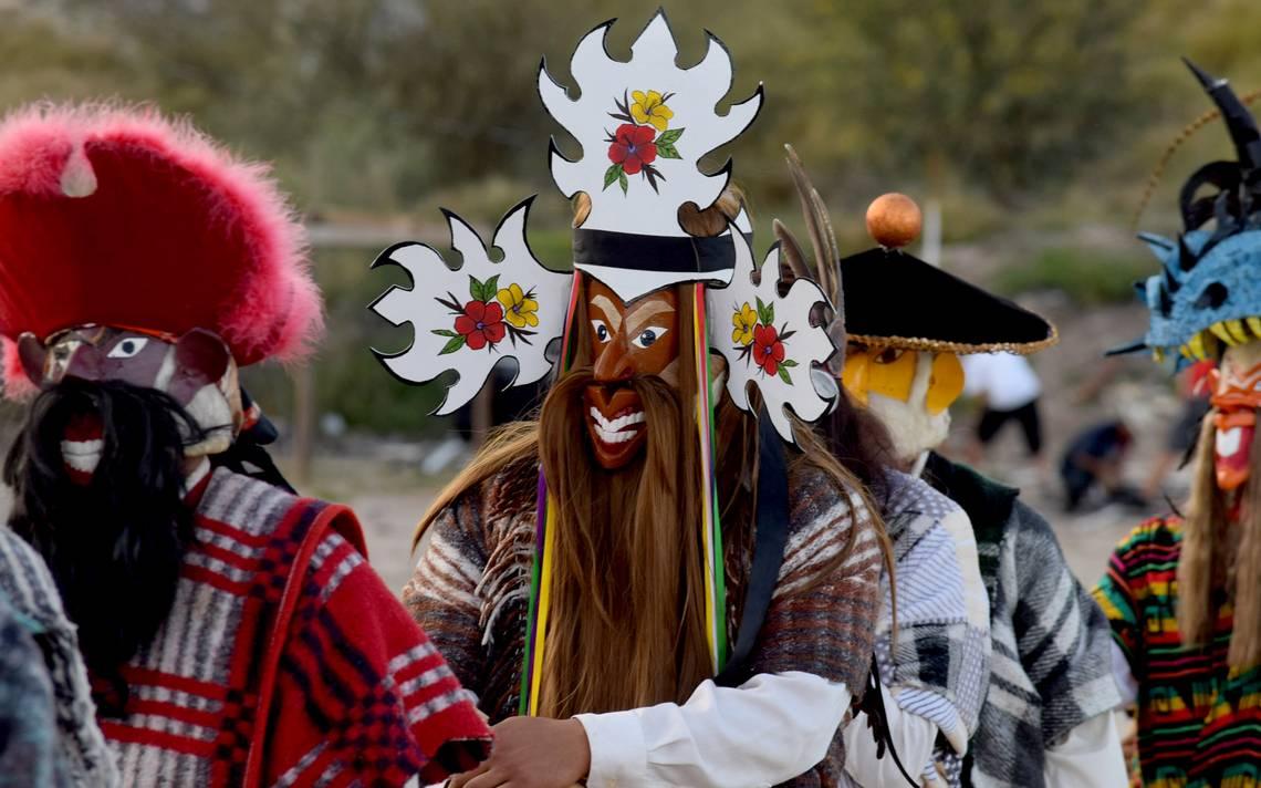 hombre con peluca de pelo largo y barbas con mascara y adorno en la cabeza color blanco con el centro de colores; fariseos de Sonora
