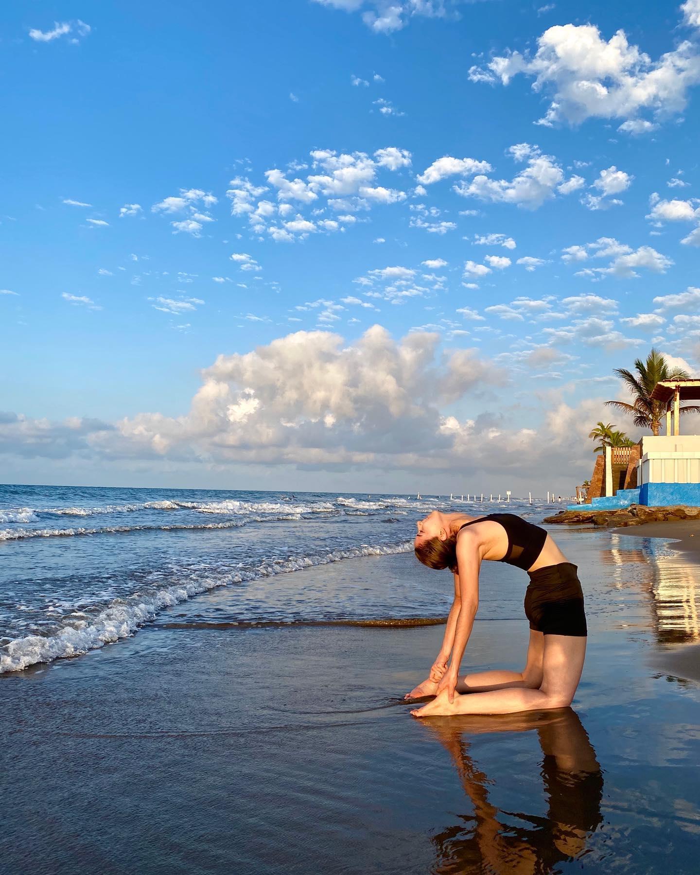 Postura de yoga al lado del mar