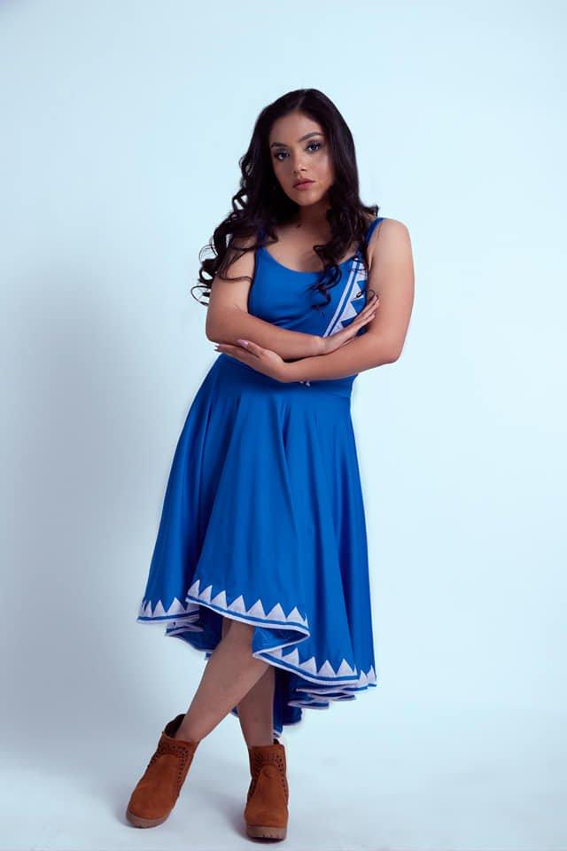 Anai Zúñiga posando en fondo blanco posando con vestido azul
