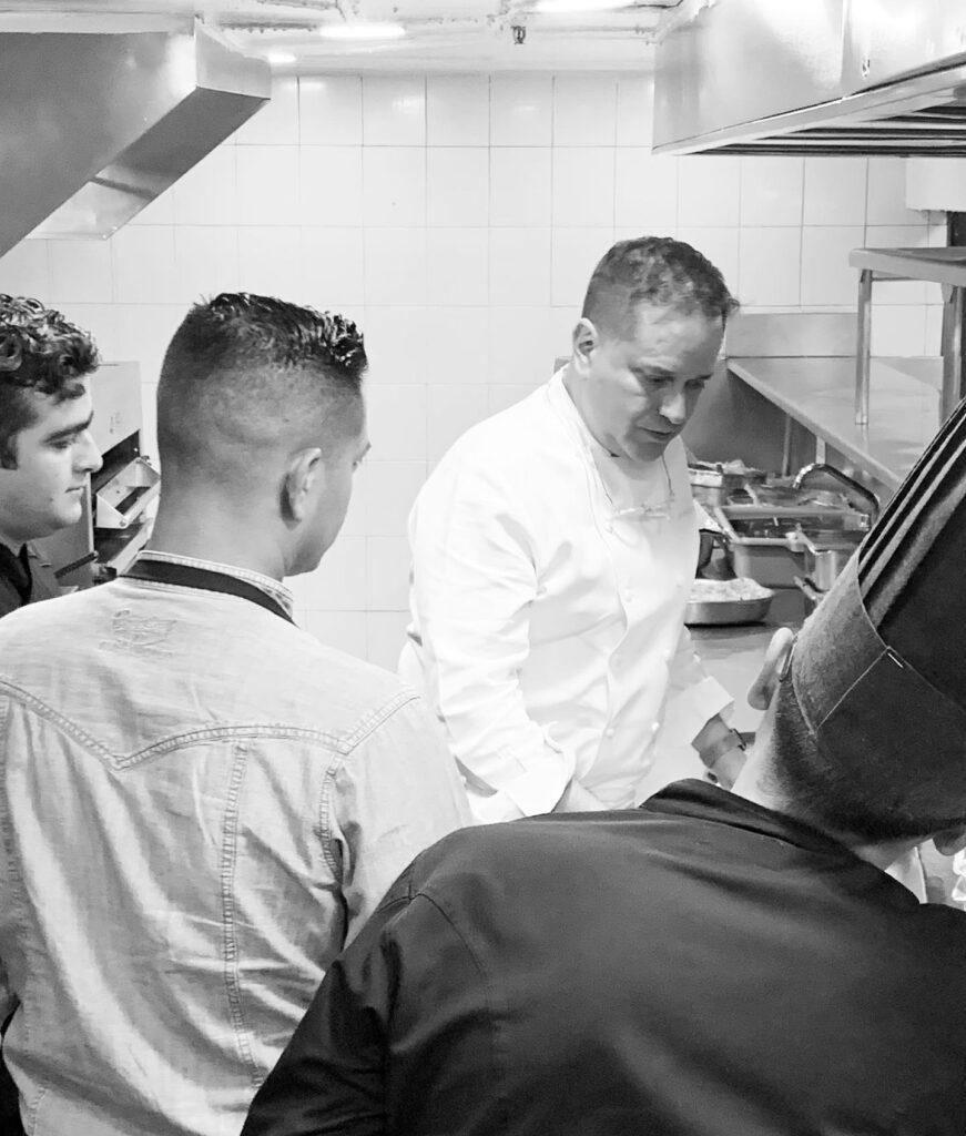 Chef Gerardo Rivera y cocineros.