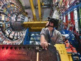ingeniero con casco en el gran colisionador de hadrones