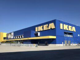 edificio azul con amarillo de IKEA