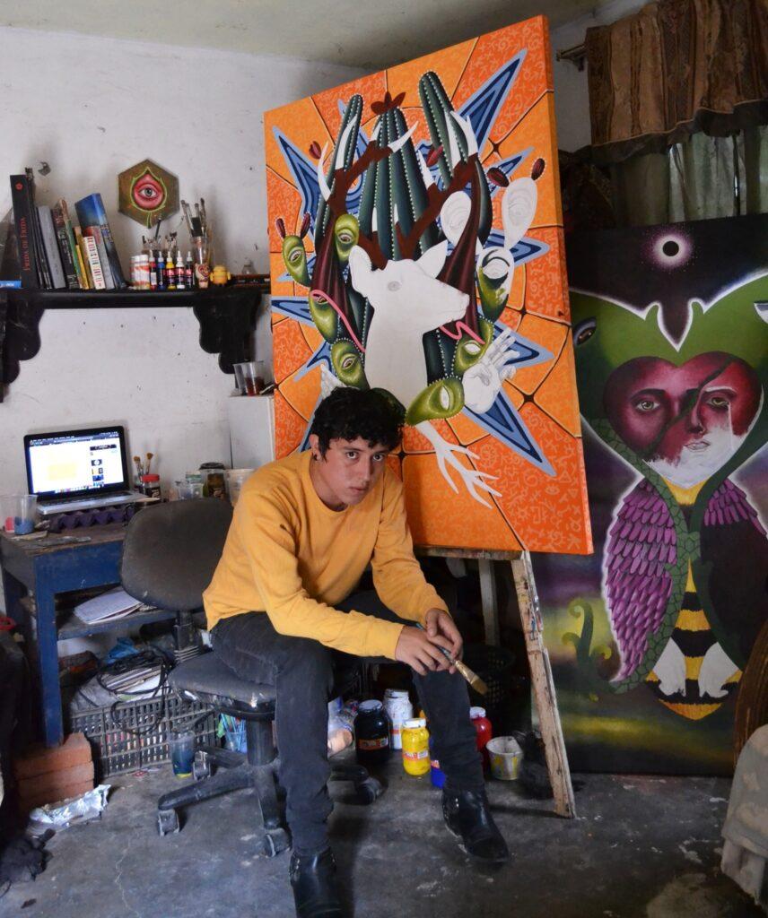 Artista Luis Hinojosa con parte de su obra.