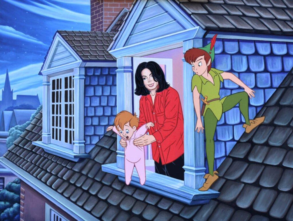 Michael Jackson con camisa color roja y pantalon negro deteniendo a un bebe con traje color rosa. Del lado derecho se encuentra peter pan con su traje color verde y zapatos color cafe.