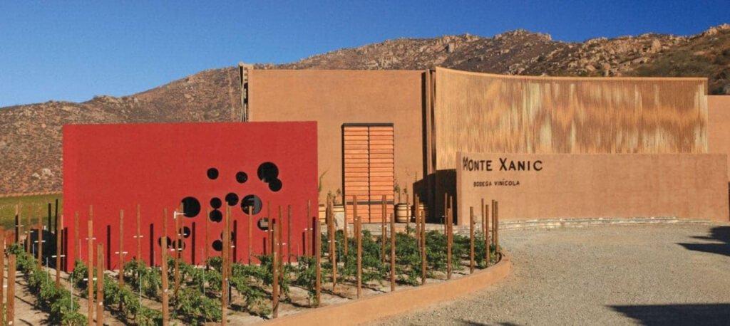 Edificio color arena y un pedazo de la parte izquierda es color rojo. Monte Xanic, valle de guadalupe