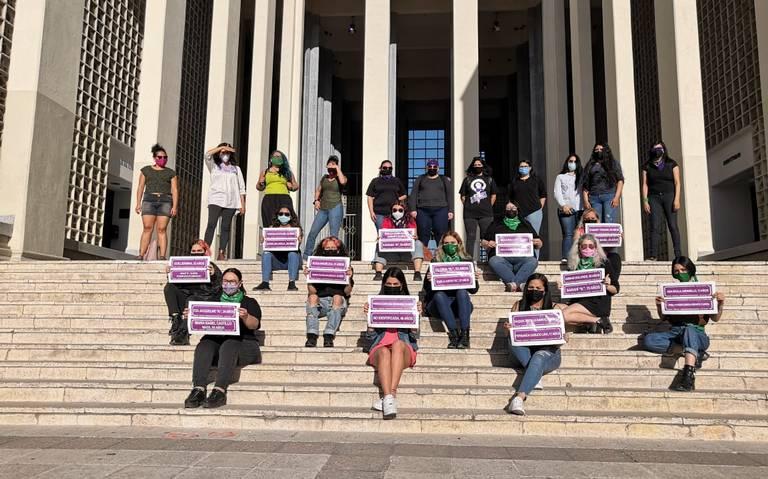 Colectivos feministas en escalinatas del Museo de la Universidad de Sonora