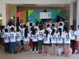 """Grupo de niños y niñas con camisa color blanca y letras atras que dicen """"Yo quiero paz"""""""