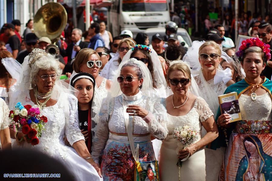 Manifestacion de mujeres vestidas de novia