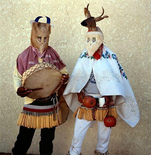 Dos fariseos portando sus traje típicos