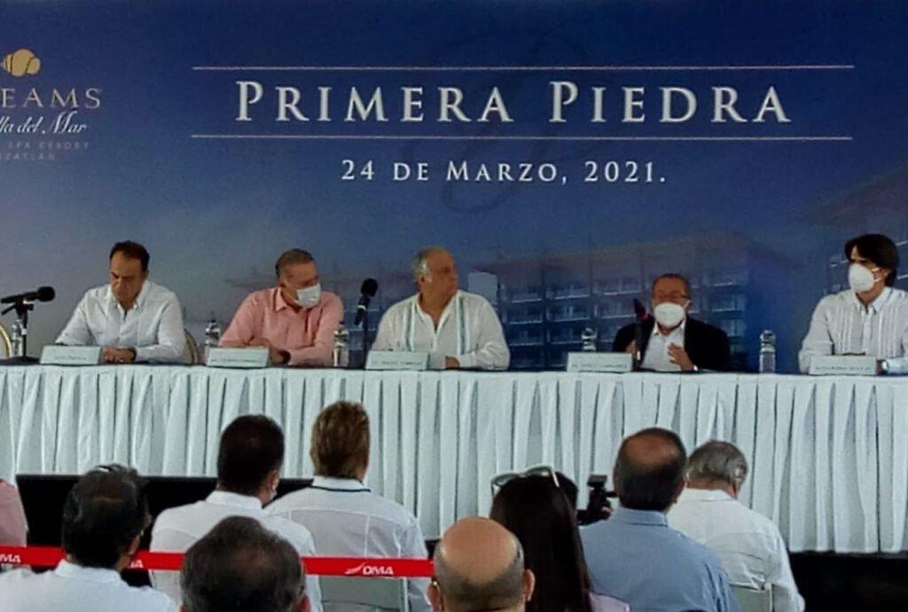 Mesa con mantel de color blanco, en donde se encuentran 5 hombres y tres de ellos tienen cubrebocas color blanco en Mazatlán.