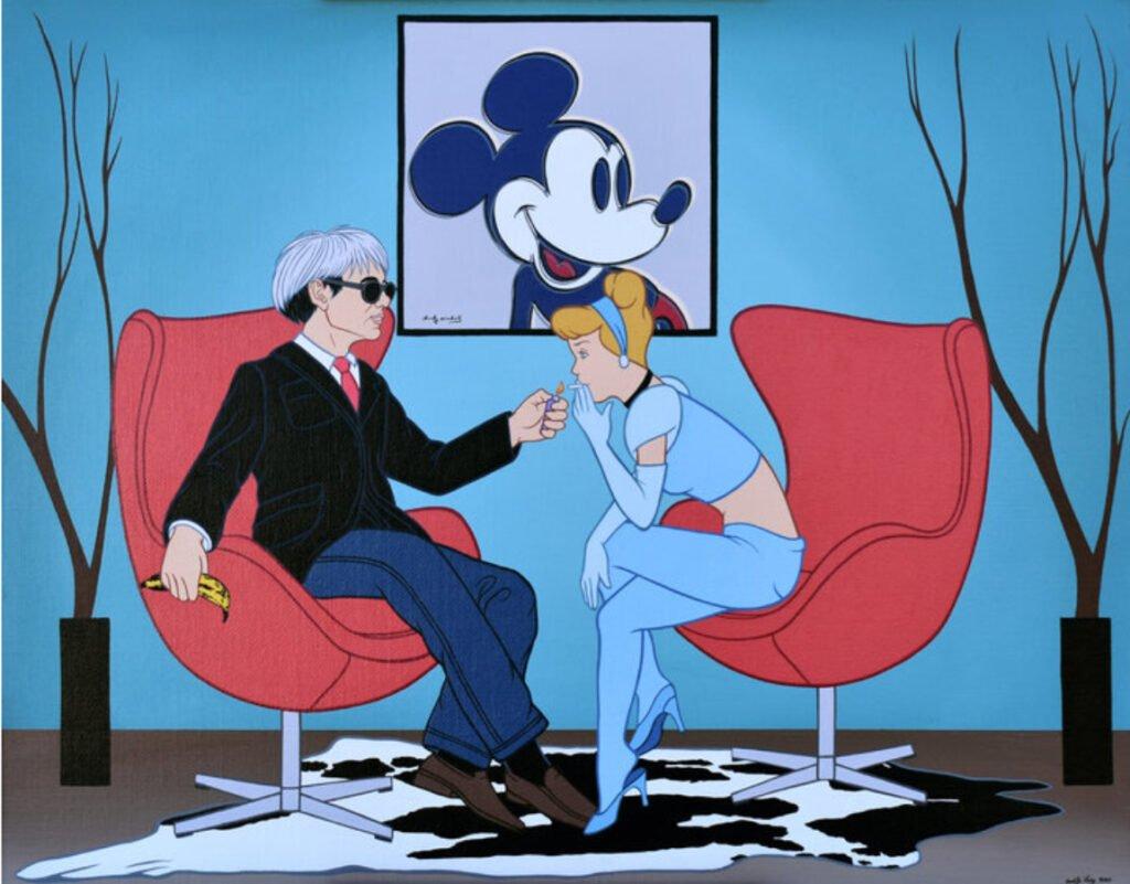 Del lado izquierdo: Andy Warhol con saco color negro, camisa blanca y corbata roja, en su mano derecha tiene un platano. Del lado derecho se encuentra cenicienta con pantalon y blusa azul, fumando un cigarrillo.