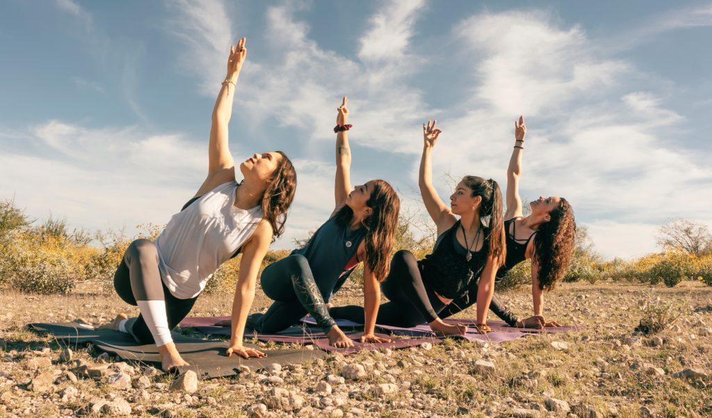 Centro de Yoga Sthira practicando