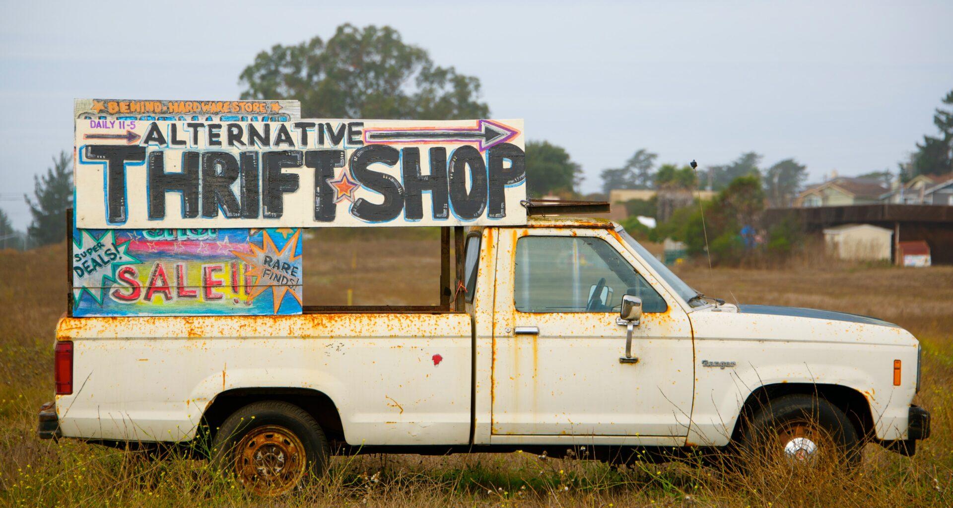 camioneta de ropa de segunda mano en medio del campo