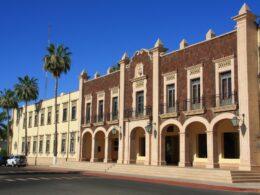 fotografía de la fachada de la Unison, un edificio color café con beige
