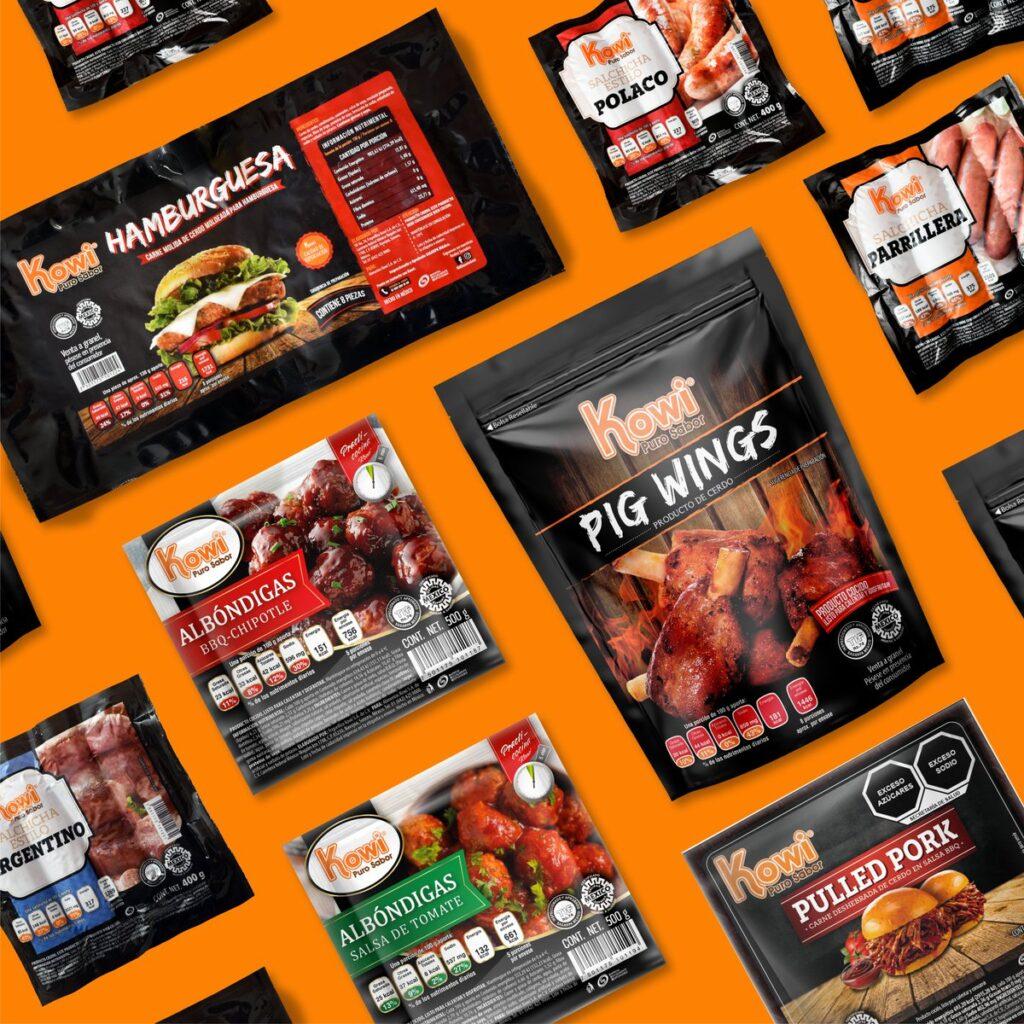 Paquetes de diferentes tipos de presentaciones de productos de carne de cerdo, en su mayoria son de color negro y en la esquina el logotipo Kowi con letras color naranja con blanco.