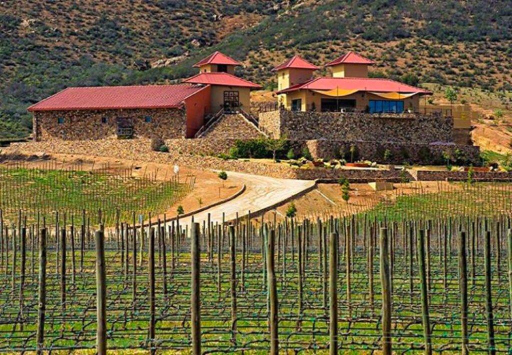 Casa con techo color rojo y lo demas de color amarillo. Viñedos del valle de guadalupe