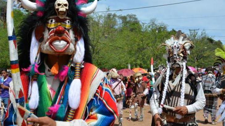 Fariseos portando traje típico en Sonora; hombres con máscara con cuernos y vestimenta de colores