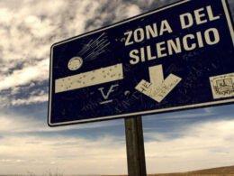 letrero azul de la zona del silencio en chihuahua