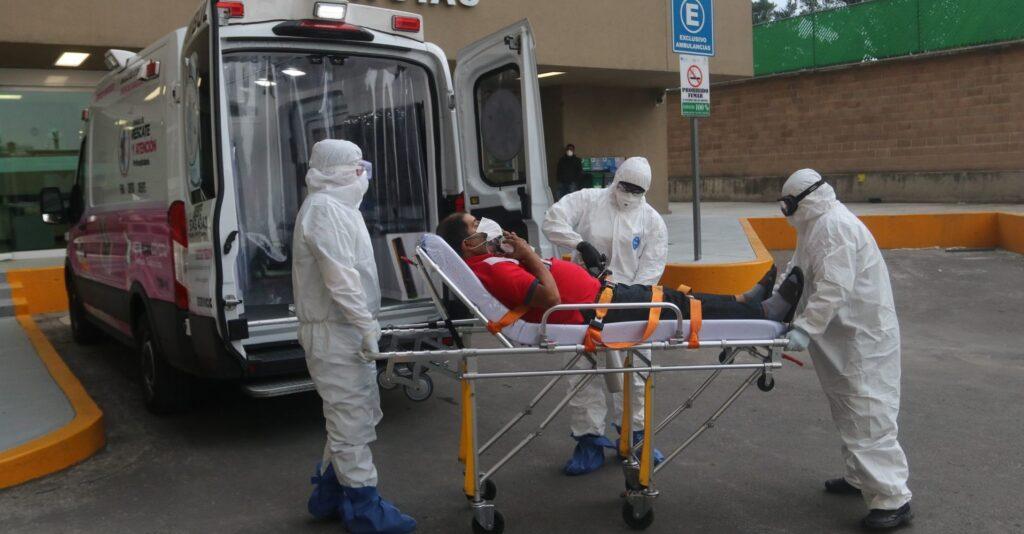 Paciente Covid-19 saliendo de ambulancia tras alerta epidemiológica.